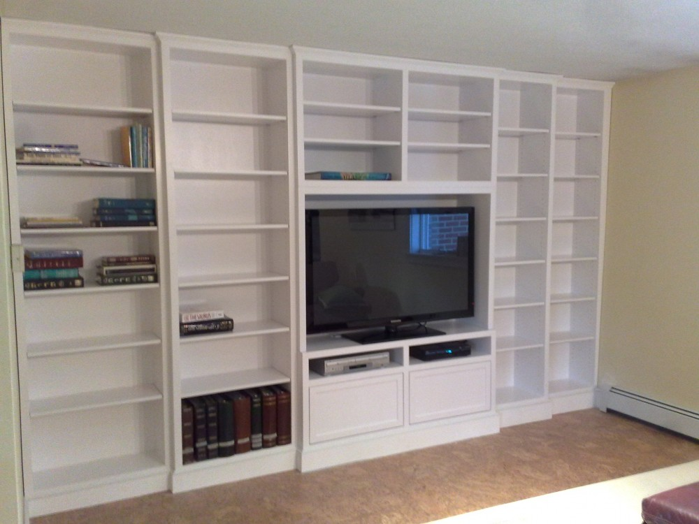 Built-in white lacquer wall unit, adjustable shelving -